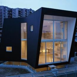 『三叉の家』生活スタイルに合った多彩な暮らしを演出する住まい (ガラス張りの外観)