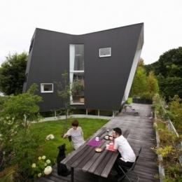 『三叉の家』生活スタイルに合った多彩な暮らしを演出する住まい (西南の庭・ウッドデッキテラス)