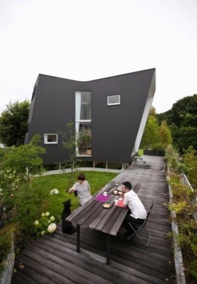 西南の庭・ウッドデッキテラス (『三叉の家』生活スタイルに合った多彩な暮らしを演出する住まい)