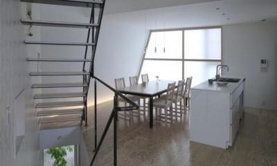 『三叉の家』生活スタイルに合った多彩な暮らしを演出する住まい (白基調のダイニングキッチン)