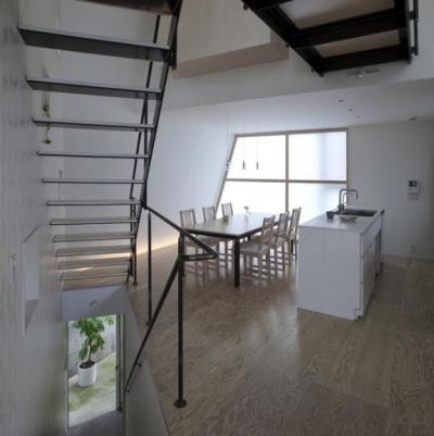 白基調のダイニングキッチン (『三叉の家』生活スタイルに合った多彩な暮らしを演出する住まい)