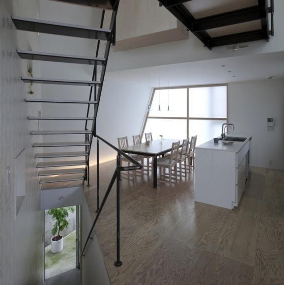 『三叉の家』生活スタイルに合った多彩な暮らしを演出する住まいの部屋 白基調のダイニングキッチン