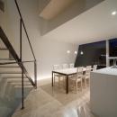 『三叉の家』生活スタイルに合った多彩な暮らしを演出する住まいの写真 夜のダイニングキッチン
