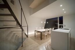 『三叉の家』生活スタイルに合った多彩な暮らしを演出する住まい (夜のダイニングキッチン)
