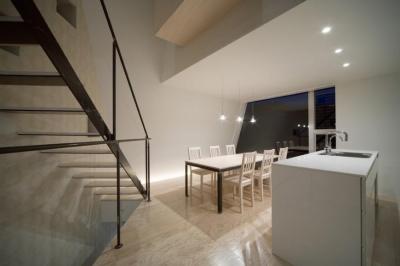 夜のダイニングキッチン (『三叉の家』生活スタイルに合った多彩な暮らしを演出する住まい)