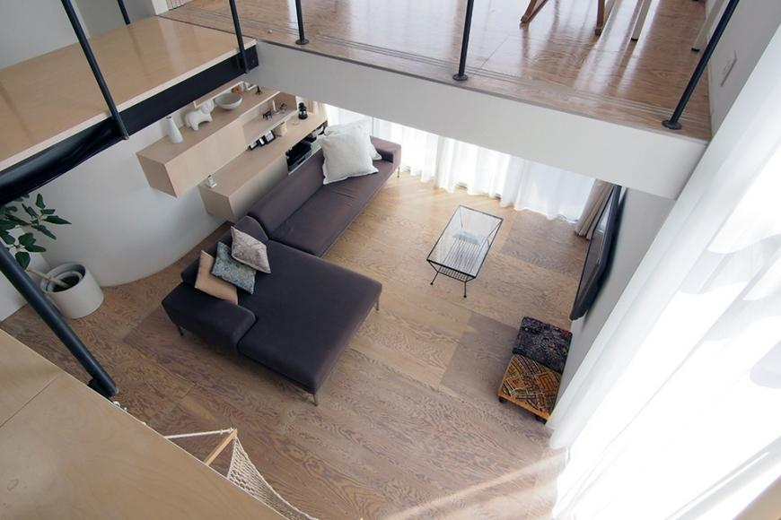 『三叉の家』生活スタイルに合った多彩な暮らしを演出する住まいの部屋 ブリッジよりリビングを見下ろす