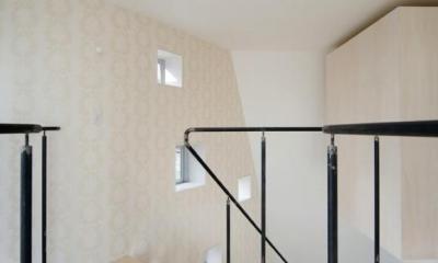 『三叉の家』生活スタイルに合った多彩な暮らしを演出する住まい (壁一面-無数の窓とアクセントクロス)