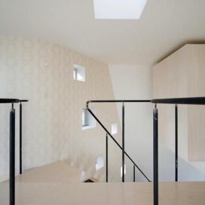 壁一面-無数の窓とアクセントクロス (『三叉の家』生活スタイルに合った多彩な暮らしを演出する住まい)