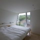 シンプルなベッドルーム (『三叉の家』生活スタイルに合った多彩な暮らしを演出する住まい)