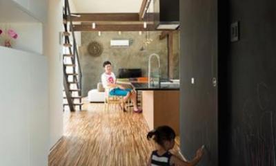 『囲い庭の庵』秋田市に建つ都市型中庭住宅 (壁一面黒板塗装の玄関ホール)