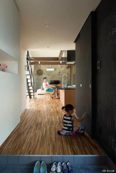 壁一面黒板塗装の玄関ホール (『囲い庭の庵』秋田市に建つ都市型中庭住宅)