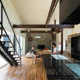 『囲い庭の庵』秋田市に建つ都市型中庭住宅 (吹き抜けの大空間LDK-1)