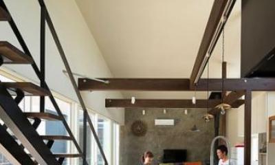 『囲い庭の庵』秋田市に建つ都市型中庭住宅 (吹き抜けの大空間LDK-2)