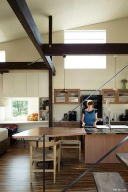 『囲い庭の庵』秋田市に建つ都市型中庭住宅 (明るい光が降り注ぐキッチン)