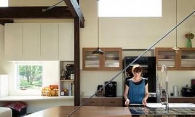 明るい光が降り注ぐキッチン|『囲い庭の庵』秋田市に建つ都市型中庭住宅
