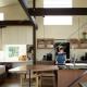 明るい光が降り注ぐキッチン (『囲い庭の庵』秋田市に建つ都市型中庭住宅)