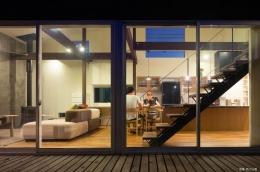 『囲い庭の庵』秋田市に建つ都市型中庭住宅 (庭よりリビングを見る)