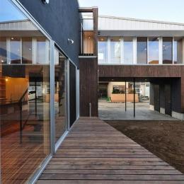 『囲い庭の庵』秋田市に建つ都市型中庭住宅 (大開口のサッシ・ウッドデッキ)