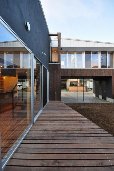 大開口のサッシ・ウッドデッキ (『囲い庭の庵』秋田市に建つ都市型中庭住宅)