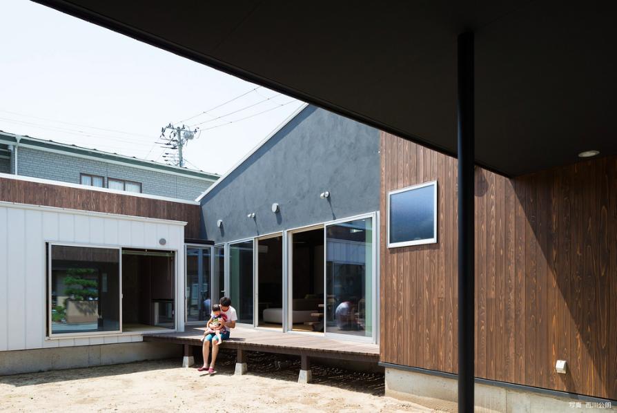 『囲い庭の庵』秋田市に建つ都市型中庭住宅 (駐車場より囲い庭を見る)