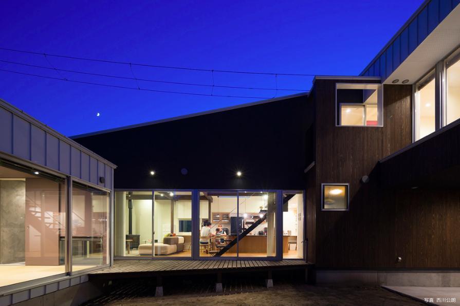 『囲い庭の庵』秋田市に建つ都市型中庭住宅 (夜の囲い庭)