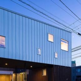 『囲い庭の庵』秋田市に建つ都市型中庭住宅 (外観夕景)