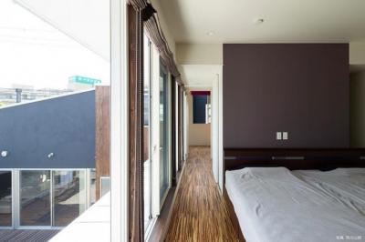 中庭に面した2階ベッドルーム (『囲い庭の庵』秋田市に建つ都市型中庭住宅)