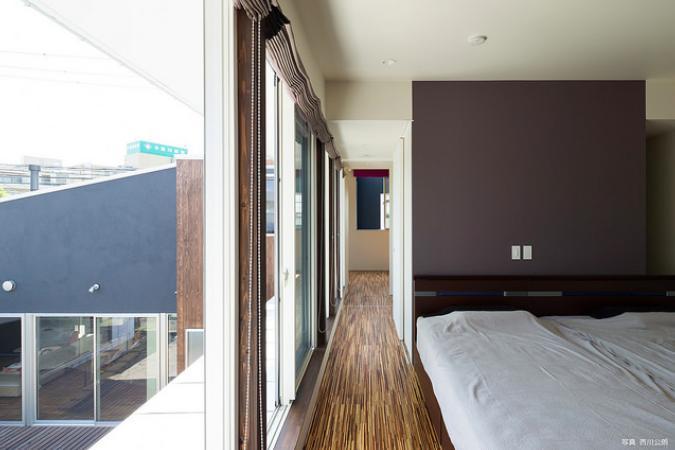 『囲い庭の庵』秋田市に建つ都市型中庭住宅 (中庭に面した2階ベッドルーム)