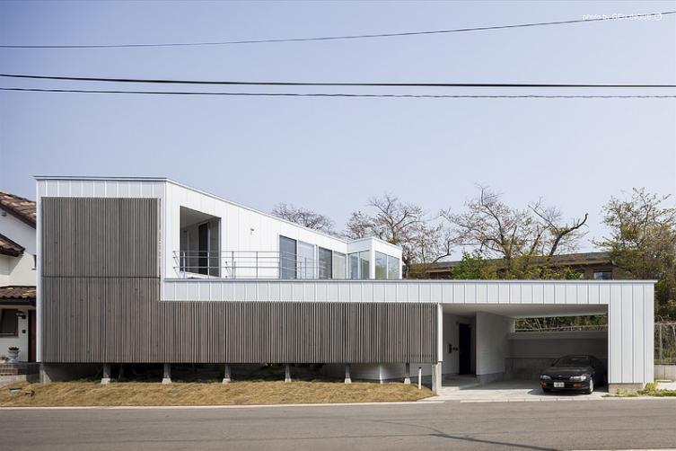 『蛭根の丘』白基調のスタイリッシュな住まいの部屋 白とグレーの外観