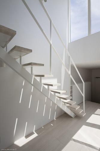 『蛭根の丘』白基調のスタイリッシュな住まいの部屋 開放的で明るい階段室