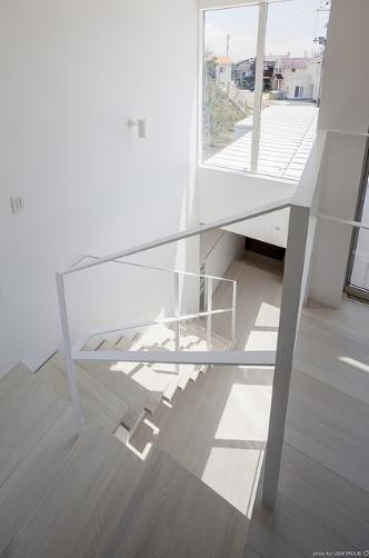 『蛭根の丘』白基調のスタイリッシュな住まいの部屋 吹き抜け空間