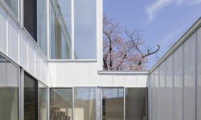 開放的な中庭|『蛭根の丘』白基調のスタイリッシュな住まい