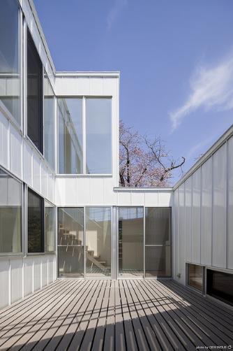 『蛭根の丘』白基調のスタイリッシュな住まいの部屋 開放的な中庭