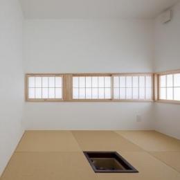 『蛭根の丘』白基調のスタイリッシュな住まい (玄関横に設えた和室)