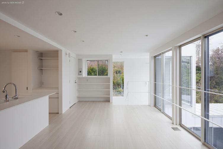 『蛭根の丘』白基調のスタイリッシュな住まいの部屋 緑を感じる明るい2階リビング