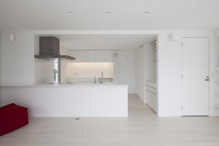 『蛭根の丘』白基調のスタイリッシュな住まい (白で統一されたキッチン)
