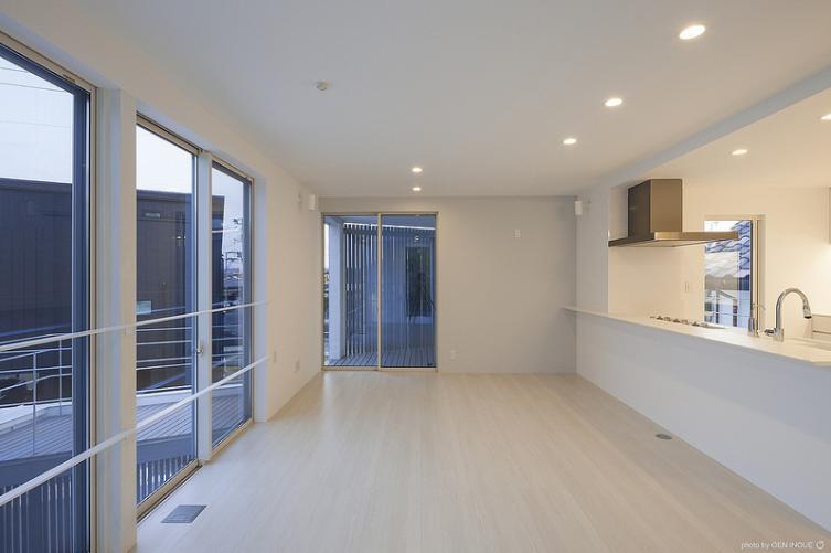 『蛭根の丘』白基調のスタイリッシュな住まいの部屋 圧倒的な眺めの良さのLDK