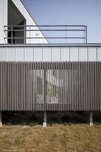 『蛭根の丘』白基調のスタイリッシュな住まいの部屋 グレーの木製ルーバー