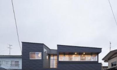 『牛島の二世帯住宅2 』2階をワンルームとする大胆なプラン (黒いガルバリウム鋼板の外観)