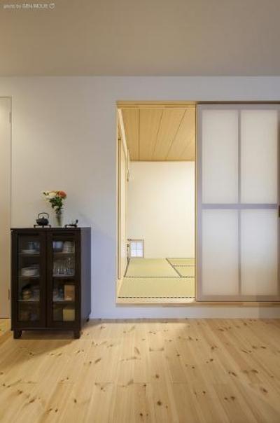『牛島の二世帯住宅2 』2階をワンルームとする大胆なプラン (1階親世帯リビング)