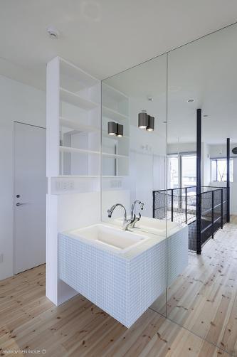 『牛島の二世帯住宅2 』2階をワンルームとする大胆なプランの写真 壁一面鏡の洗面スペース