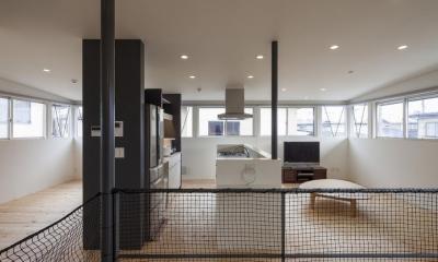 連窓が囲むLDK|『牛島の二世帯住宅2 』2階をワンルームとする大胆なプラン