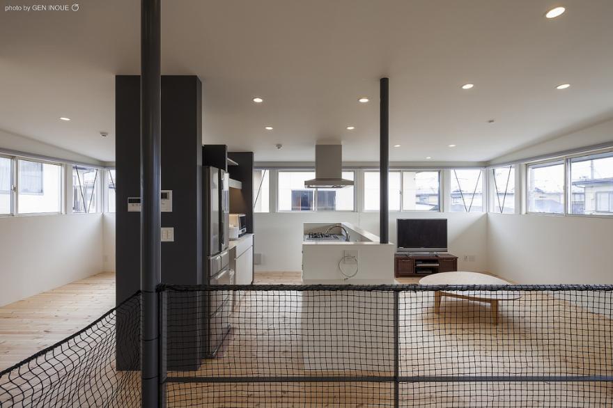 『牛島の二世帯住宅2 』2階をワンルームとする大胆なプランの写真 連窓が囲むLDK