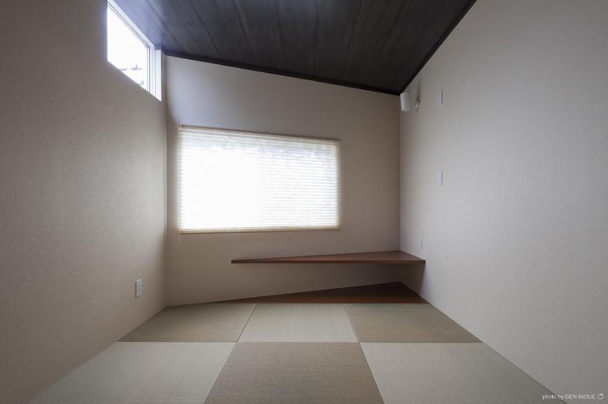 『牛島の二世帯住宅2 』2階をワンルームとする大胆なプランの写真 和室の客間