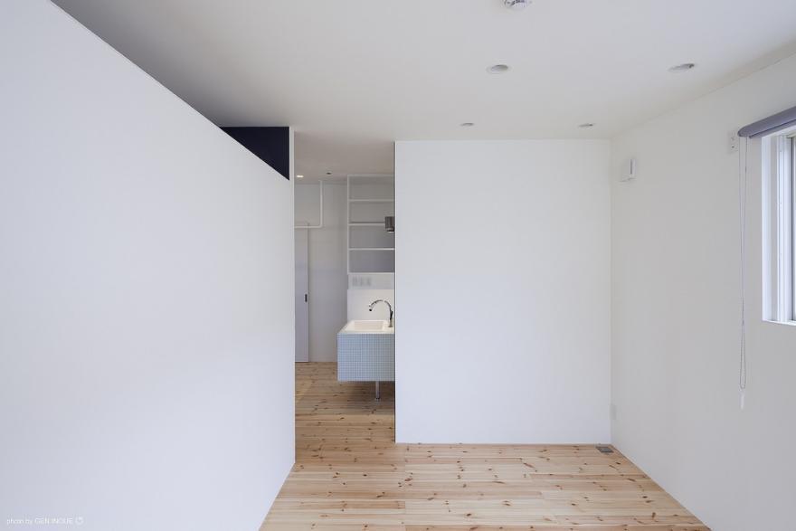 『牛島の二世帯住宅2 』2階をワンルームとする大胆なプラン (壁のみで仕切られた子供部屋)