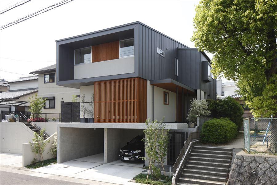 『アトリエのある家』素材、色調。こだわりの詰まった住まいの部屋 木製ルーバーがアクセントの外観