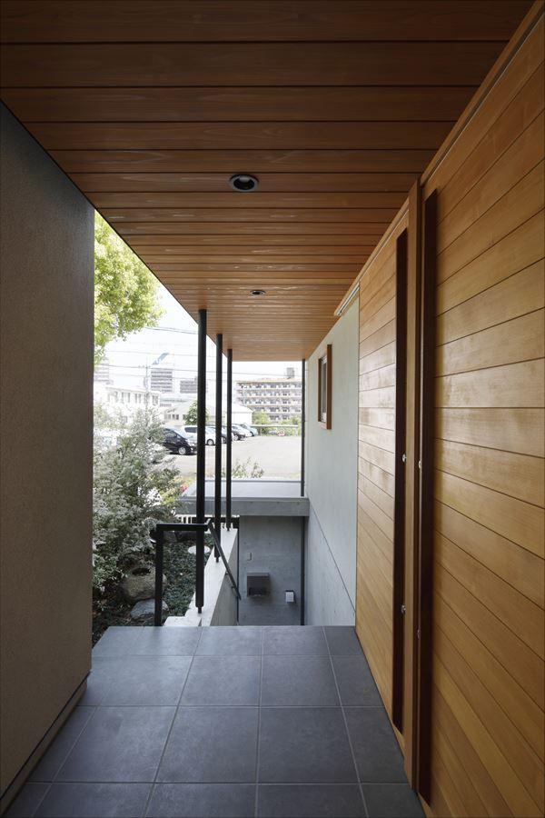 『アトリエのある家』素材、色調。こだわりの詰まった住まいの部屋 木目美しい玄関ポーチ