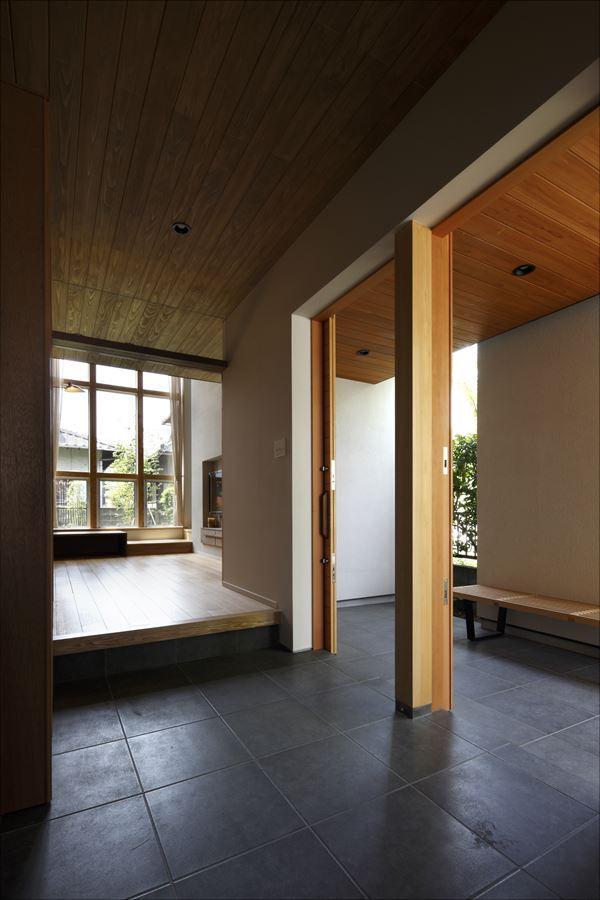 『アトリエのある家』素材、色調。こだわりの詰まった住まいの部屋 2つのドアが並ぶ玄関土間