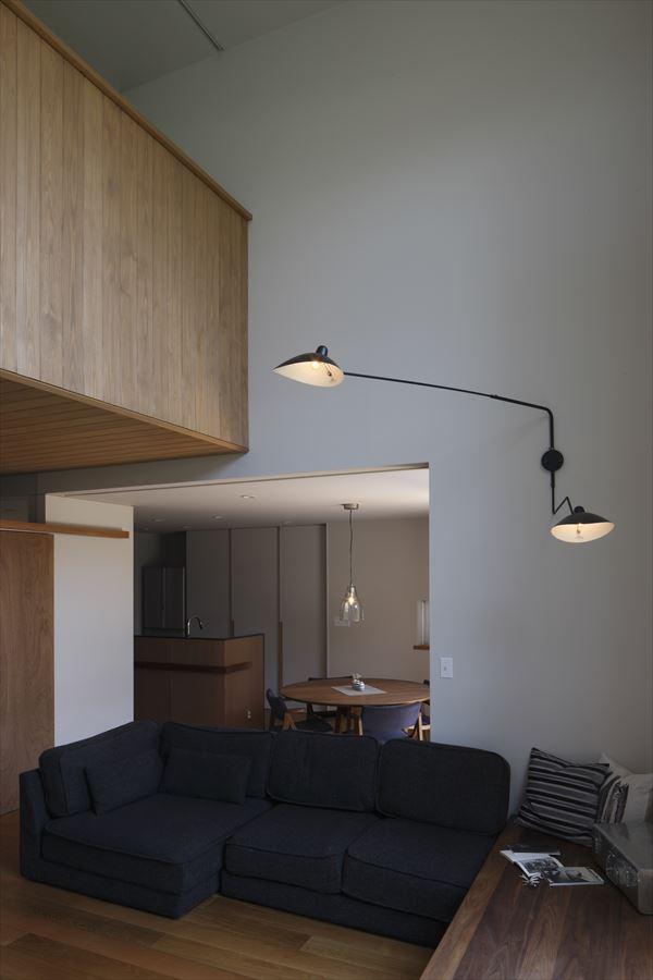 『アトリエのある家』素材、色調。こだわりの詰まった住まいの部屋 吹き抜けのリビング