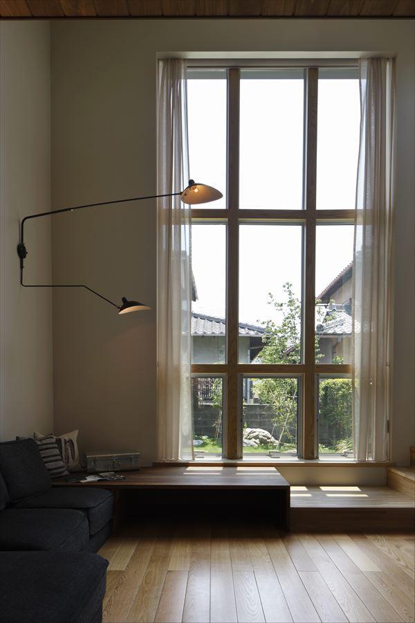『アトリエのある家』素材、色調。こだわりの詰まった住まいの部屋 リビング-大きな格子窓